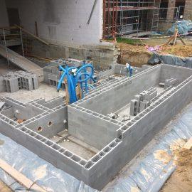 20 mai 2021 – Les murs du bassin montent…